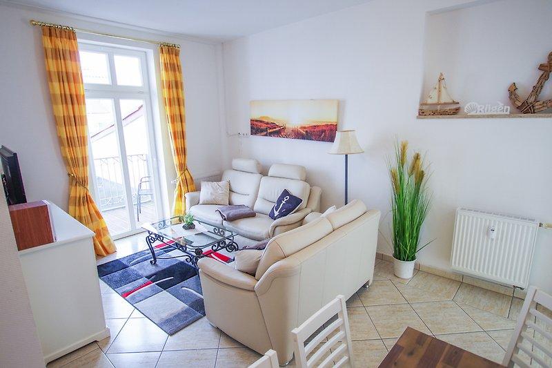 Wohnzimmer mit gemütlicher Ledercouch