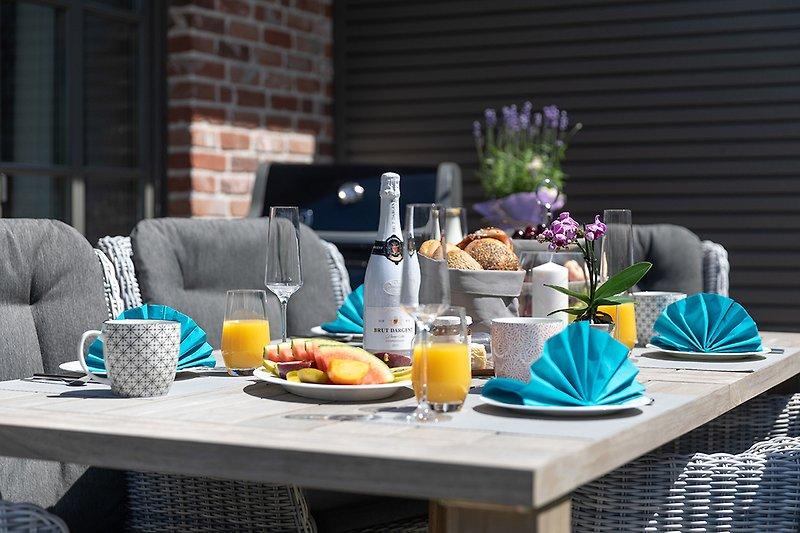 Terrasse mit schönen Gartenmöbeln und Gasgrill