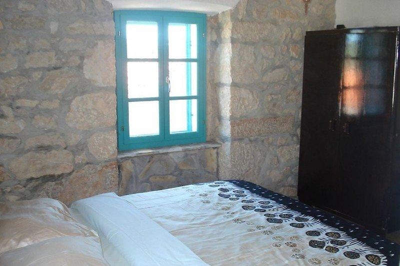 krevet u spavaćoj sobi