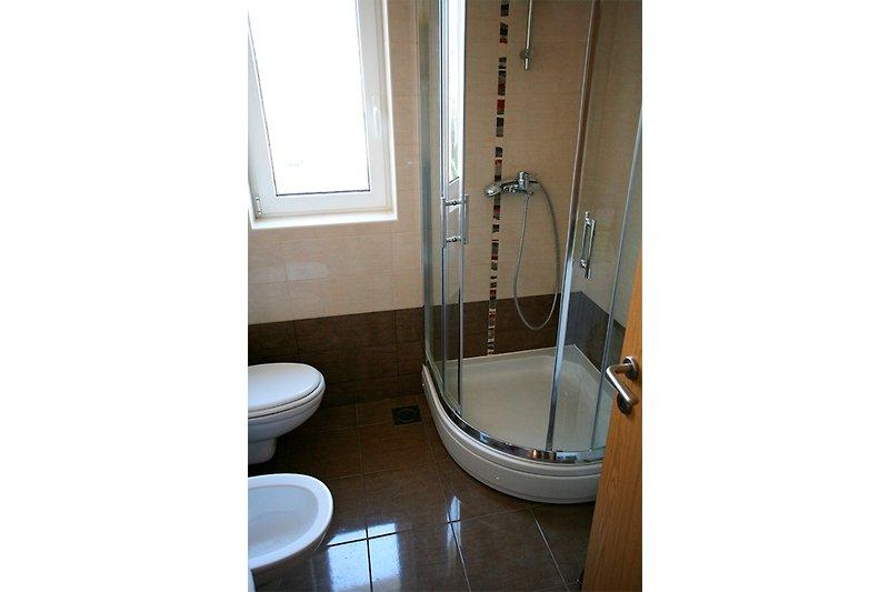 kupaonica sa tuš kabinom