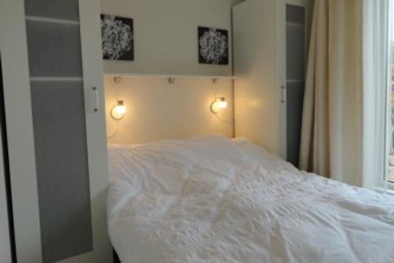schlafzimmer mit doppelbet