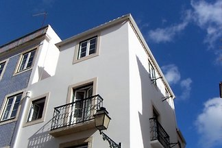 The lovely Sao Vicente I apartment has two French balconies with beautiful views to the castle hill, an old monastery garden and the Tagus estuary.