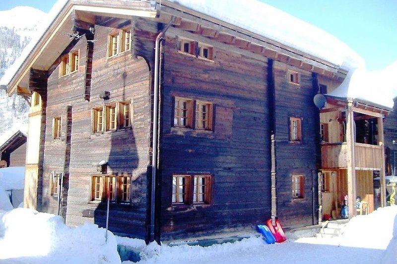 Haus bei der Kapelle im Winter