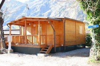 Chalet : Grösse 6m x 5m Es können bis 5 plus 1 Personen übernachten ( 2 Schlafzimmer, 1:2 Personen, 2:3 Personen ). Klimaanlage.