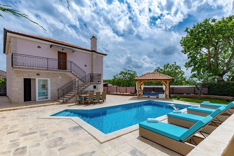 Outdoor area, pool