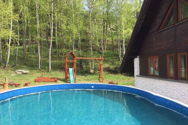 Odkryty basen do wspólnego użytku