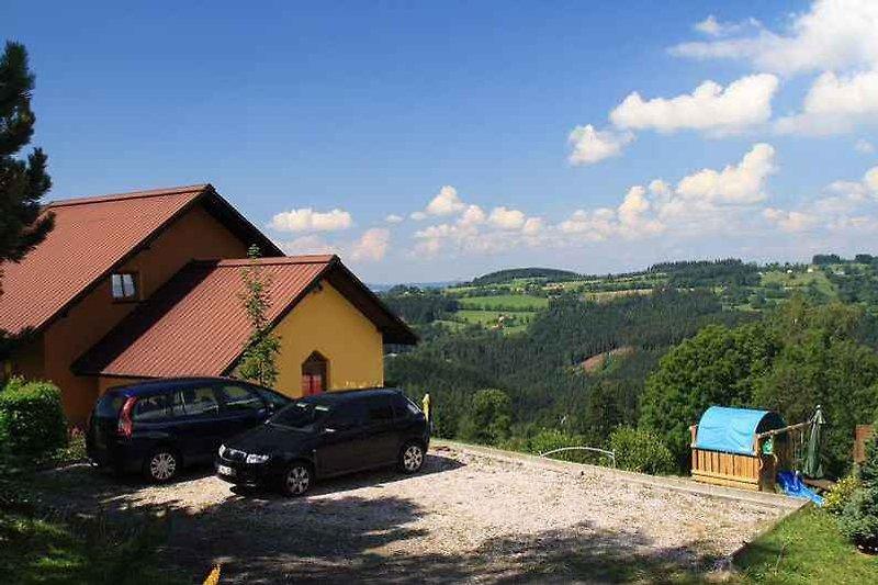 Aussenansicht mit Parkplatz und Panorama