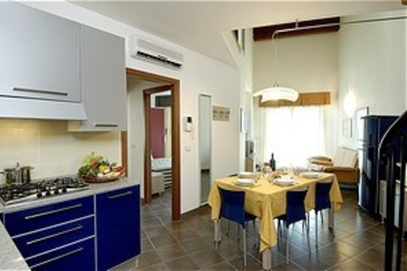 Wohn/Schlafzimmer mit Kochecke und Esstisch (Wohnbeispiel)