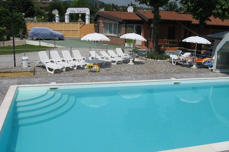 Pool, im Hintergrund die FerienWohnungen GAR PAD 016/017