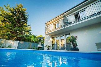 Ferienwohnung super modern mit Pool nur 200 m
