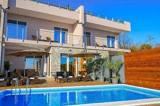 Ferienhaus mit Pool und Grill