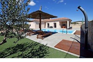 Villa mit Pool, Tennisplatz und Sauna