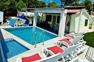 Ferienhaus mit Pool und Gartengrill