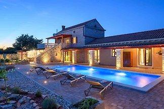 Villa mit Pool und WLAN