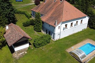 Ferienhaus mit Aussenpool und Gartenkamin