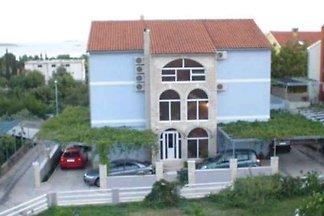 Studio mit Terrasse und Gartenmöbel