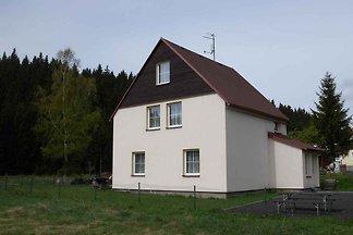 Ferienhaus mit Gartenmöbeln und Feuerstelle