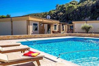 Ferienhaus mit Pool und Klimaanlage
