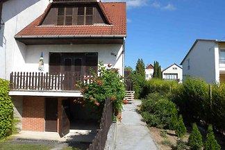 Ferienhaus mit Balkon und Gartenmöbel