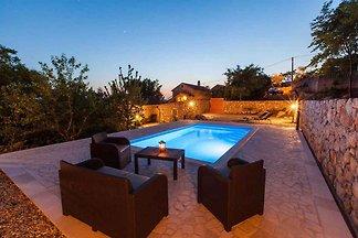 Ferienhaus mit Pool und Sonnenschirm