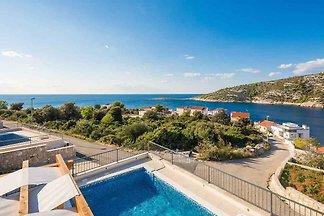 Ferienhaus mit Pool und Meerblick 80 m vom