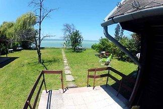 Hütte direkt am Ufer mit eigenem Bootssteg