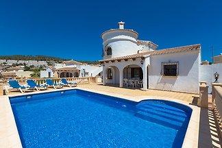 Villa mit privatem Aussenpool und Panoramabli