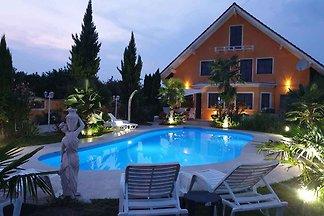 Ferienhaus mit Aussenpool und WLAN