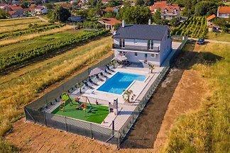 Villa mit Schwimmbad, Terrasse und