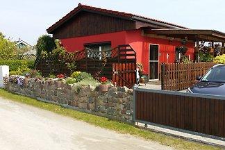 Bungalow mit überdachter Terrasse und Garten