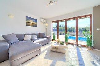 Villa s bazenom i klima uređajem