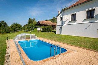 Ferienhaus mit Aussenpool und Terrasse