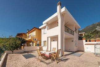 Villa mit Terrasse und Waschmaschine