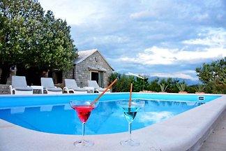 Ferienhaus mit Pool in abgeschiedener und ruh