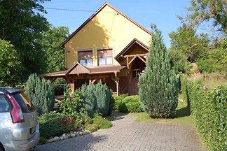 Villa mit moderner Einrichtung und Garten mit