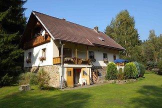 Ferienhaus mit Kachelofen und Garten mit Gril