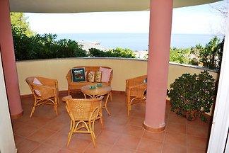 Villa mit Terrasse und Parkplatz