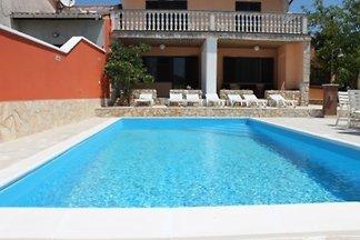 Ferienhaus mit Pool und grosser Terrasse
