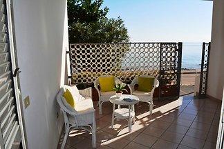 Ferienhaus mit Terrasse direkt am Meer