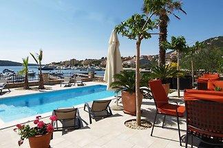 Ferienwohnung mit Pool und Bootsanlegeplatz