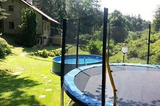 Ferienhaus mit Aussenpool und Trampolin