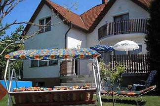 Ferienhaus mit Pool und Gartenpavillon