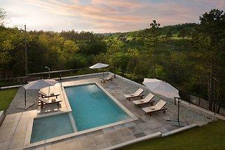 Ferienhaus mit gemeinsamen Pool und Terrasse