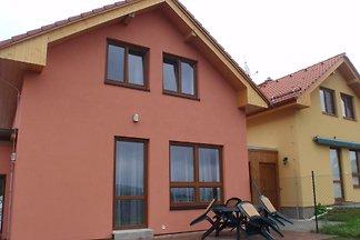 Ferienhaus mit Kaminofen im Wohnzimmer am