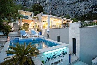 Ferienhaus mit Pool und Minigolf