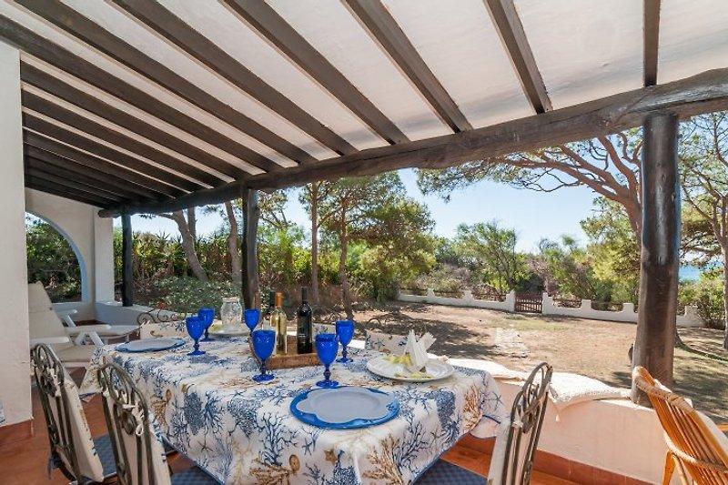 Die tolle Terrasse mit Blick auf Garten und dahinter Meer