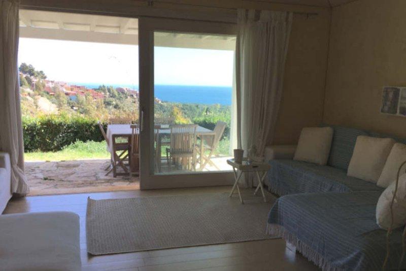 Der große Wohnraum mit Meerblick und Küchenzeile