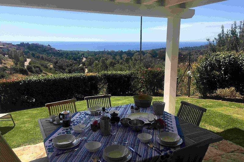Die Terrasse mit unverbautem Meerblick