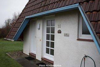 Unser liebevoll und gemütlich eingerichtetes Komfort-Ferienhaus für 4 Personen befindet sich im Cuxland-Ferienpark, nur 500m vom Deich und der Nordsee entfernt.