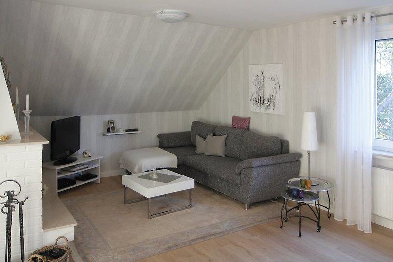 Gemütliche Sitzecke im Wohnzimmer mit Schlafcouch